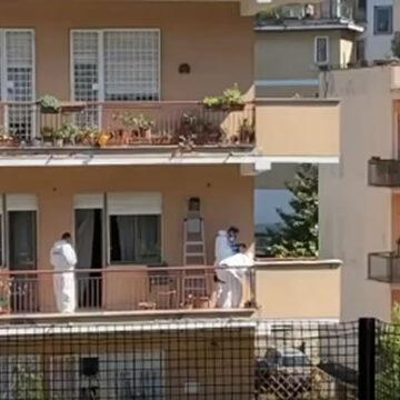 Roma: una donna da fuoco al corpo senza vita di un 59enne sul balcone di casa