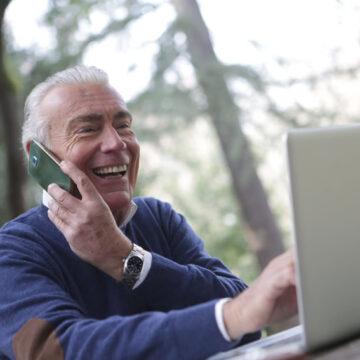 Il libraio che legge i libri agli anziani attraverso il telefono
