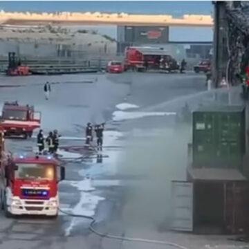Ancona: un vasto incendio è divampato nella zona del porto