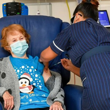 GB-Covid-19, la 90enne Margaret fa da apripista al vaccino Pfizer