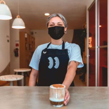 Barista costretta a indossare maglie scollate per servire ai tavoli. La condanna di Fipe Donne