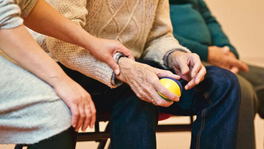 Lavoro domestico – 5 milioni di anziani non autosufficienti nel 2030: è urgente riformare il settore